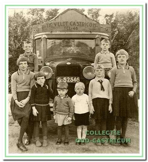 Het gezin van Dorus Veldt voor de A-Ford omstreeks 1933.