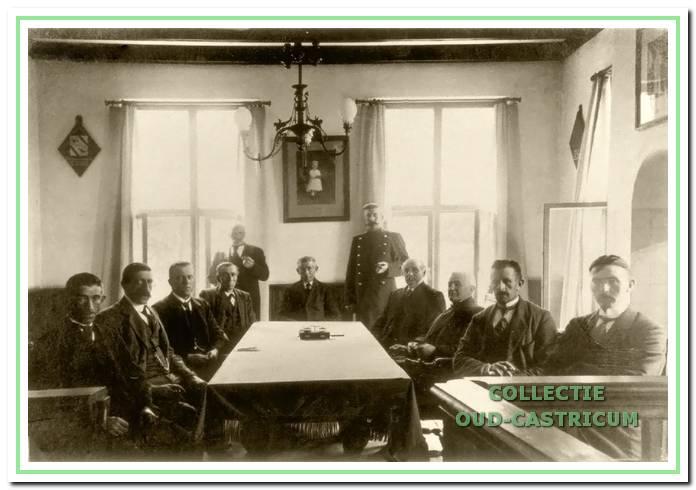 De eerste foto van de gemeenteraad in het toen nog nieuwe raadhuis. Vermoedelijk genomen op 2 september 1913 bij de installatie van Gerrit Louter als raadslid, die plaats heeft aan het hoofd van de tafel, geflankeerd door veldwachter Bleijendaal. Aan de achterwand een foto van het nog jonge prinsesje Juliana en van een wapenbord van de familie Geelvinck, als ambachtsheren van Bakkum.