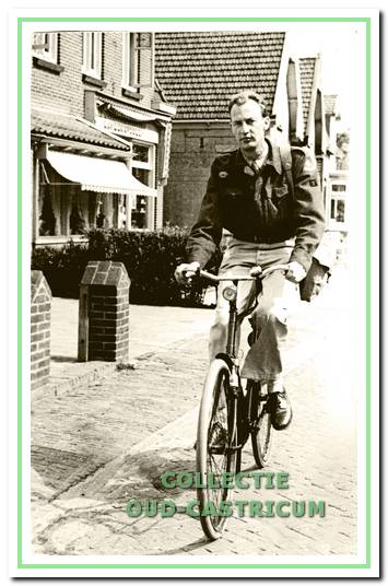 Aad van der Colk (1924), filmoperateur in het Corsotheater, deed in zijn vrije tijd dienst bij de Rode Kruispost op het 'tentenkamp'.