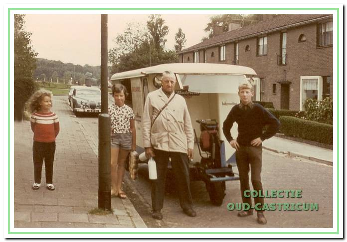Piet Schilder met rechts vakantiehulp Kees Kok.