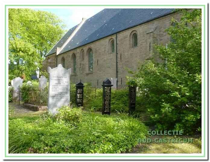 De gesloten begraafplaats aan de noordkant van de dorpskerk. In 2007 zijn de drie houten graftekens gerestaureerd.