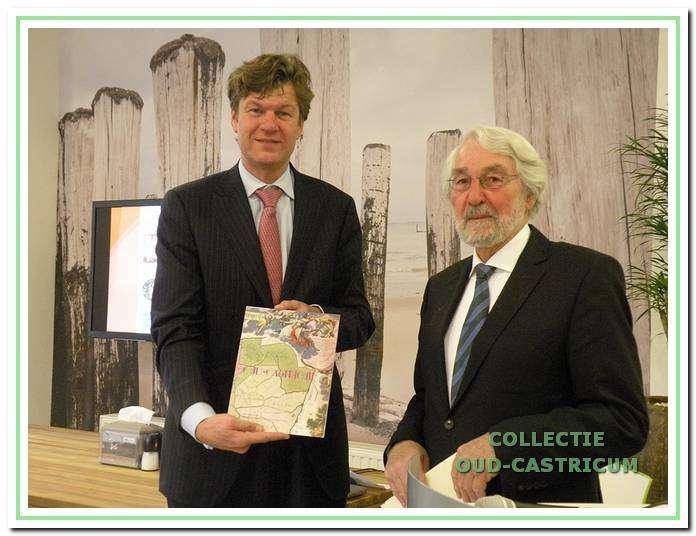 Burgemeester Toon Mans ontvangt het 34e Jaarboek uit handen van Frans Duffhues