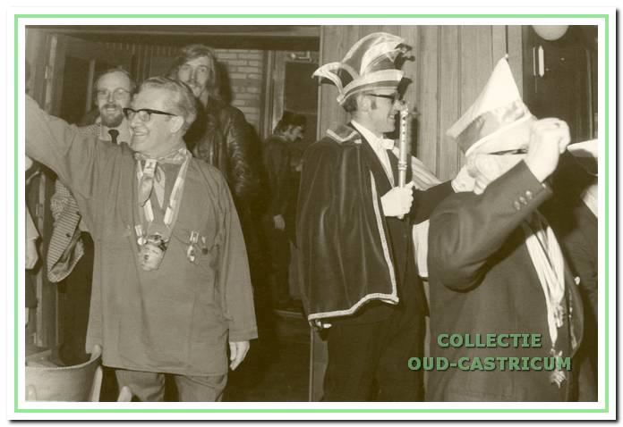 Bij het betreden van de feestzaal zijn zowel burgemeester Van Boxtel als de prins de richting kwijt.