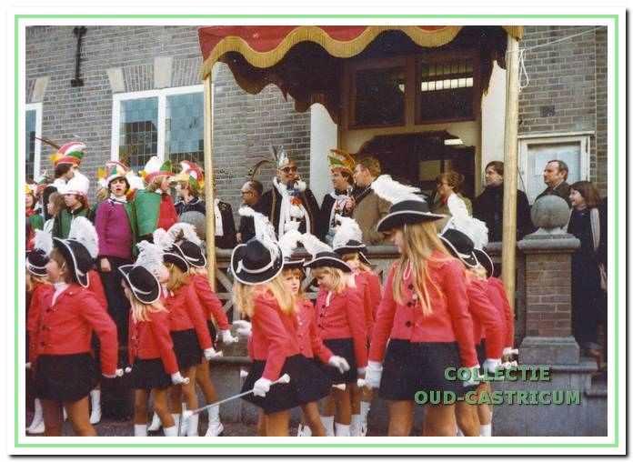 De majorettes voor het oude raadhuis in 1978. Omkijken was voor deze kleintjes nog niet verboden.