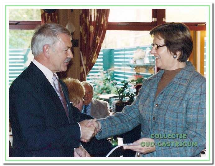7533cb9dc690fb Voorzitter Simon Zuurbier overhandigt het eerste exemplaar van het 25e  jaarboekje aan de nieuwe burgemeester A