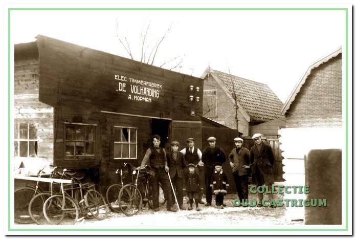 Timmerfabriek 'De Volharding ' van A. Hopman omstreeks 1925. Op de foto staan rechts Janus Hopman met zijn kinderen Sjaan en Martinus. De motor waarmee Hopman de provincie doorkruiste is een 4 cilinder A.E.C.
