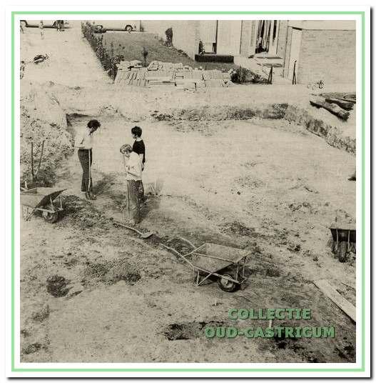 Leden van de werkgroep Oud-Castricum tijdens de opgraving.