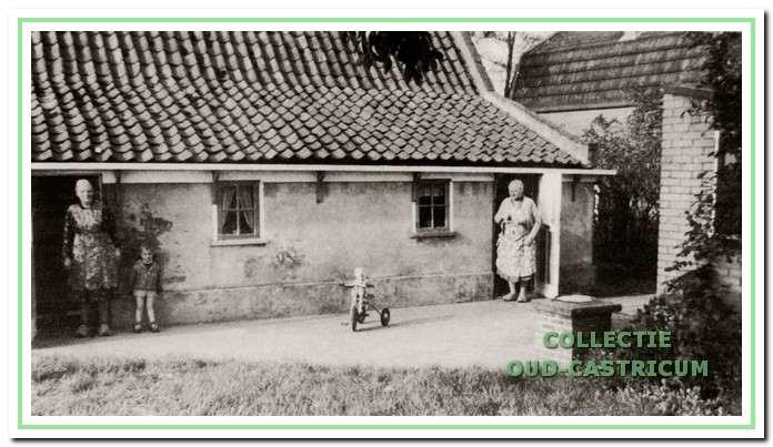 Rechts Tante Sientje in de deuropening van haar huisje.