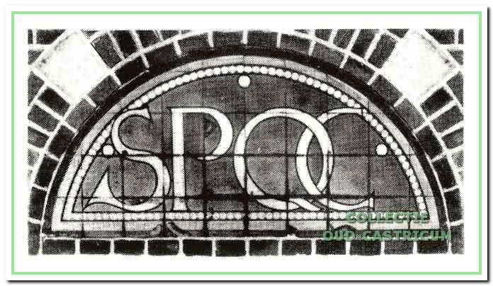 Gevelsteen raadhuis. De betekenis van de letters is Senatus Populusque Castrici: Bestuur en Bevolking van Castricum.