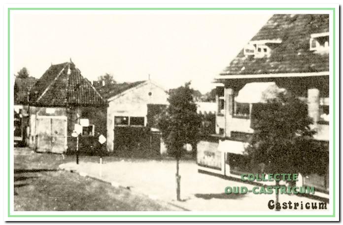 De doorrijstal en de ernaast liggende garage in 1942. Links 'de Rus.