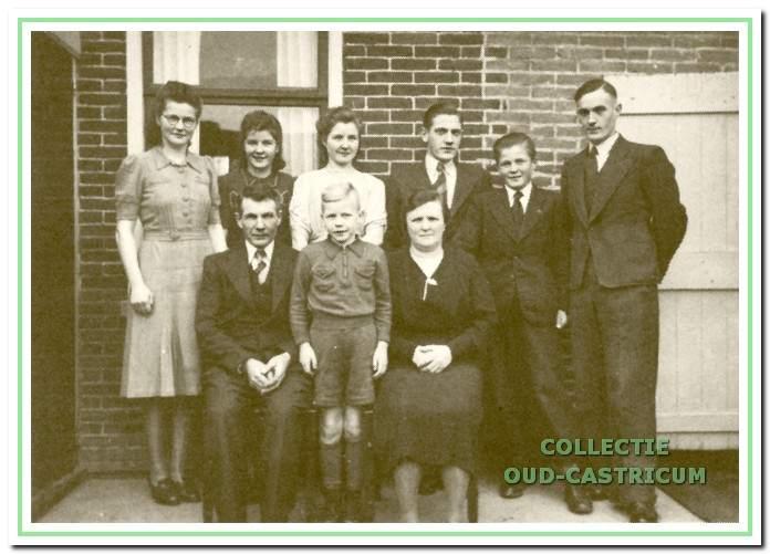 Het gezin van Klaas Lute en Ploon Kuil met de kinderen.
