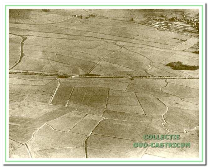 De eendenkooi vanuit de lucht rechtsmidden op de foto; duidelijk is op de voorgrond de verkaveling te zien in de Castricummer polder.