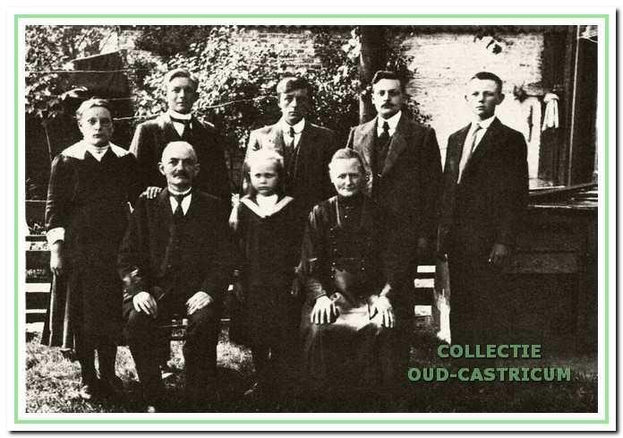 Het gezin van kleermaker Willem Twisk. Het vak werd door vier generaties uitgeoefend. Floris Twisk staande rechts op de foto werd smid en zoon Engel volgde hem op.