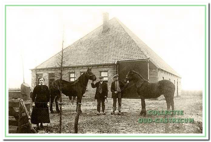 De boerderij van Dorus Twisk (zie 14). Foto uit 1920 met Trijntje en Dirk Twisk en Jan Meijer (echtgenoot van Trijntje).