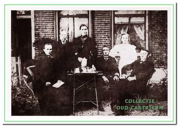 Elisabeth Kieft - Slot (met koffiepot) en familieleden voor het huis aan de Rijksweg te Limmen.
