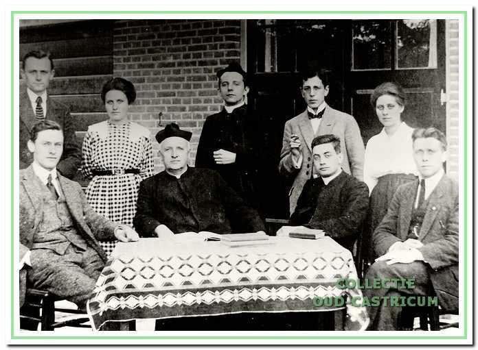 Onderwijzersteam van de rooms-katholieke school met de geestelijken, links schoolhoofd P. van Westen en daarnaast pastoor Engering. Circa 1920.
