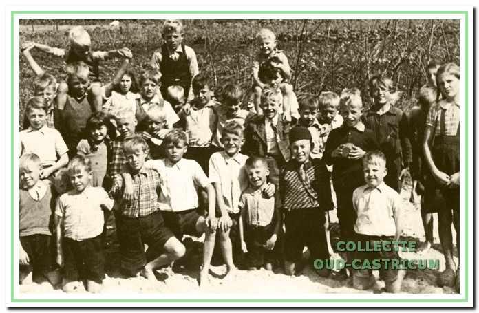 1944 of 1945 Kinderen van de Augustinusschool aan de Alkmaarderstraatweg, waar meester P. van Westen toen hoofdonderwijzer was.
