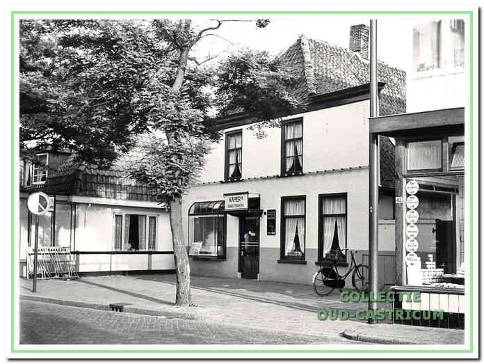 Foto die we dateren 1963, kort voordat het pand Dorpsstraat 45, waarin toen nog bakkerij Kaper was gevestigd, werd gekocht door Bertus Spaan. De foto geeft een indruk van hoe het pand er in een ver verleden heeft uitgezien; het was wellicht een boerderij. Rechts een glimp van het pand Dorpsstraat 43, toen slagerij Biskanter en links Dorpsstraat 47, waar toen Johannes Mul was gevestigd.