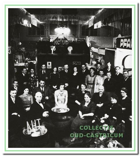 Handelstentoonstelling in cafe 'De Vrienschap' georganiseerd in 1939 voor de plaatselijke middenstand.