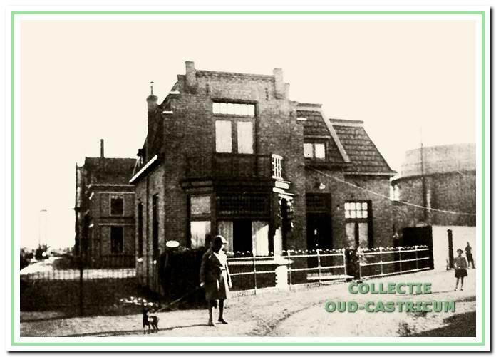 De nieuwe directeurswoning gebouwd in 1925 met de ingang aan de Oude Haarlemmerweg.