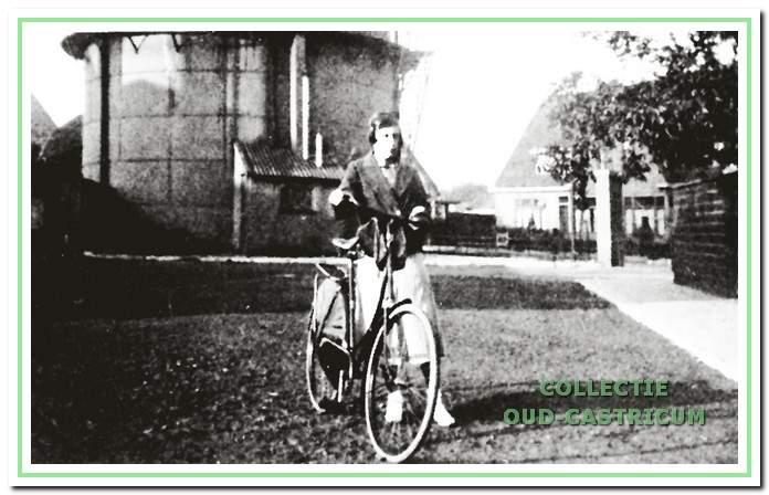 Maria van Hoeve op het binnenterrein bij de kleine gashouder; op de achtergrond de huizen aan de Oude Haarlemmerweg.