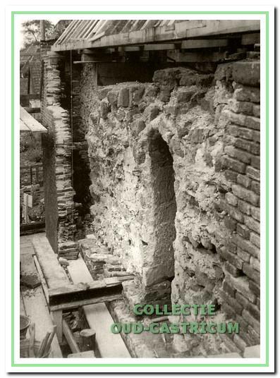 Onderzoek in 1953 van de zuidgevel; achter een los staande bakstenen muur komt de oude muur van tufsteen te voorschijn met een romaanse vensteropening.