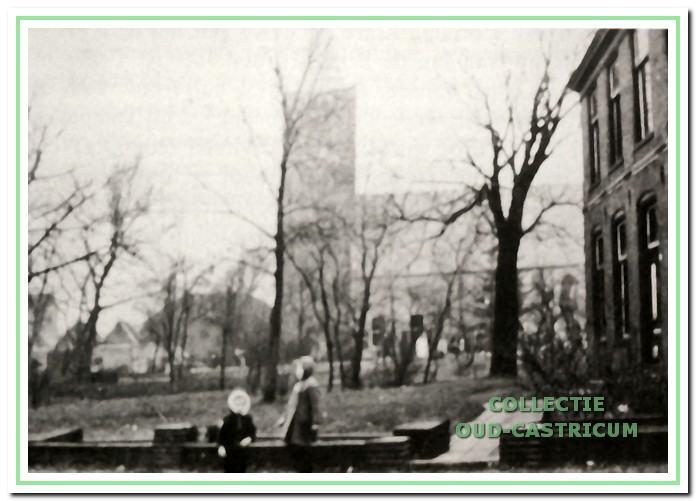 Rechts op de foto is de oude pastorie te zien. Het stond aan de Overtoom op de plaats. waar zich nu het hervormd centrum 'De Schakel' bevindt.