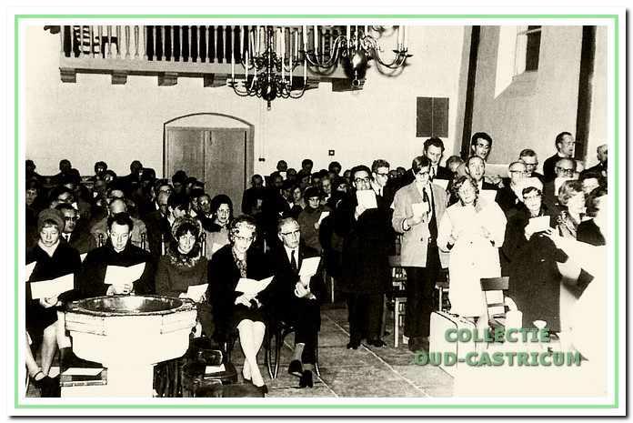 Bij het afscheid van burgemeester Smeets in 1968 is een dienst met de gezamelijke kerken gehouden in de oude Pancratiuskerk. Met zijn echtgenote zit hij hier in het midden van de foto.