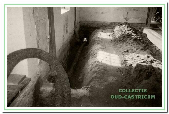De sleuf langs de binnenmuur voor de aanleg van de drainageleiding.