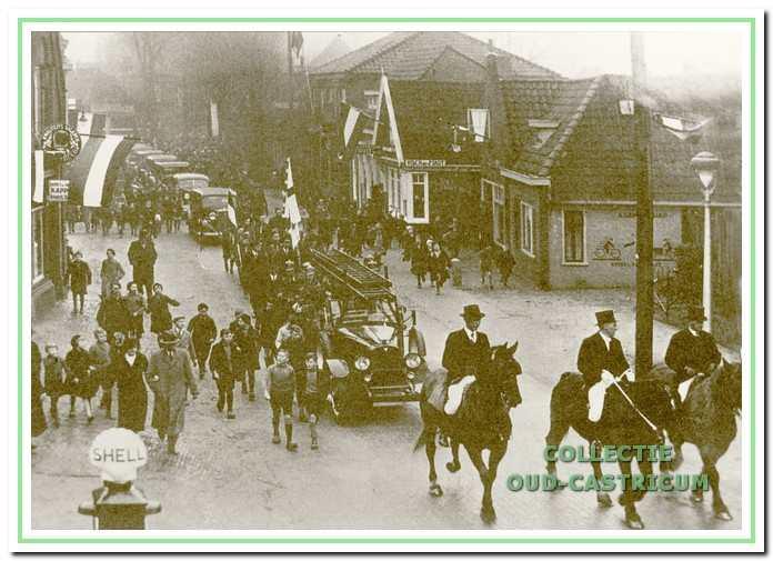 Foto waarschijnlijk gemaakt in 1936 hij de intocht van burgemeester Van den Clooster, baron Sloet tot Everlo.