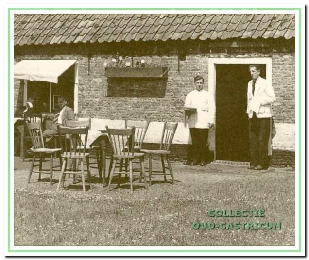 Bij 'Het Oude Huis' toen het nog als theehuis in gebruik was; bij de deur Willem Kuijs (rechts) en een patiënt van Mannen 1.
