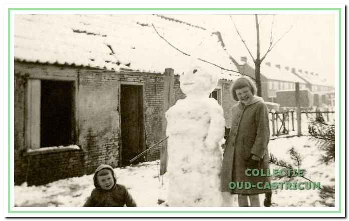 De kinderen van Niek Steeman en Lien Borst met een sneeuwpop naast het Schoutenhuisje.