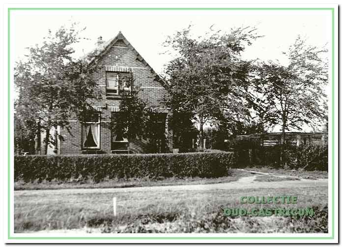 In het eerste huis vanaf de Kooiweg wonen aan de Eerste Groenelaan 13 Piet Neelissen en Grietje Ve!dt.