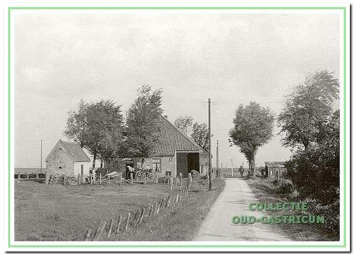 De boerderij van Gerrit Kuijs aan de Kooiweg op de hoek van de Brakersweg 12; deze boerderij staat er nog.