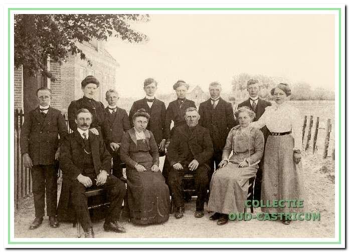 Simon Scheerman met familie bij zijn laatste huis aan de Brakersweg.