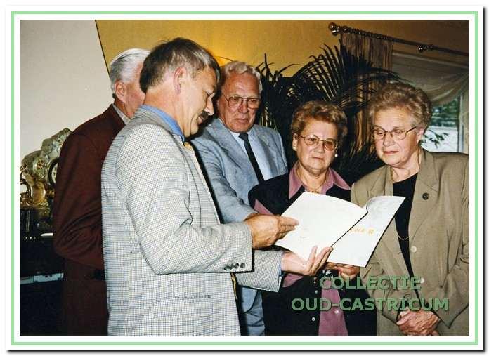 Bij de overhandiging van het 20e jaarboekje aan oud-medewerkers van de melkfabriek 'De Holland'. v.l.n.r.: S.P.A . Zuurbier, S. Admiraal, Th. lute, mevr. T. Hemstede - Gorter en mevr. C. Zonneveld - Dijkman.