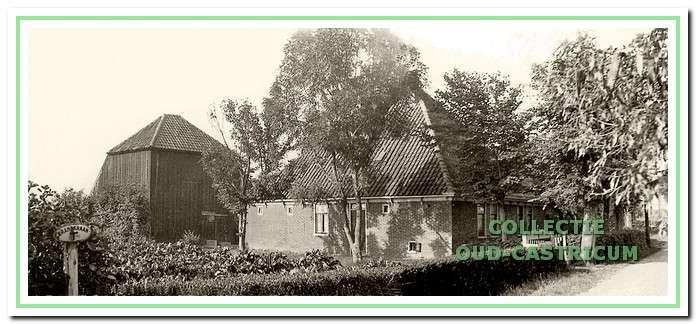 Op deze boerderij woonden Cor en Trijn Admiraal; later woonde hier Toon de Graaf (nr 47).