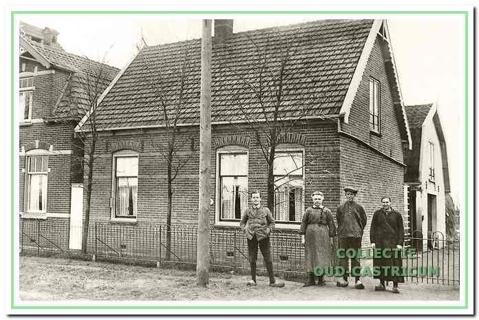 Links staat Leopold Leitner voor het huis van zijn pleegouders Anna Zonneveld-De Graaf en Teun Zonneveld, rechts staat Nel Glorie.