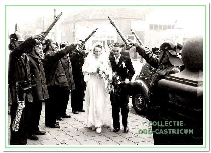 11 November 1948: de aankomst van her bruidspaar Tinus Hopman en Agatha Veldt bij het gemeentehuis met een erehaag van brandweermannen.