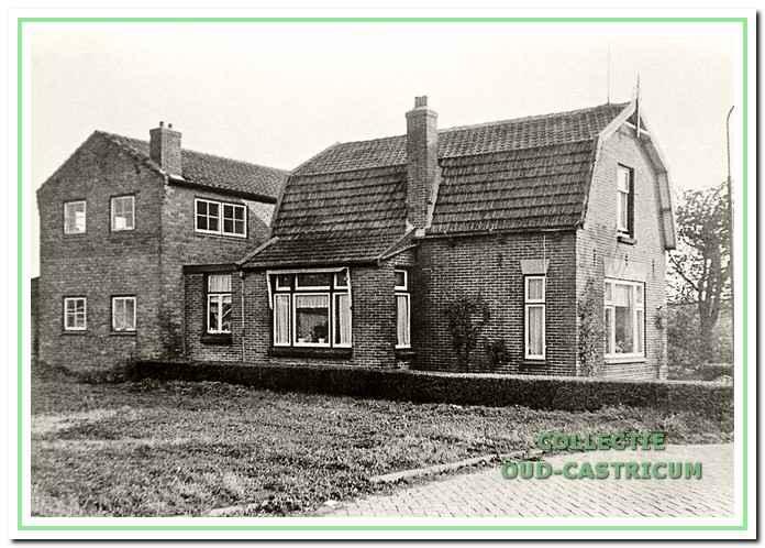 Het ouderlijk huis van Siem Scheerman stond op de plaats van de huidige kruising Eerste Groenelaan en Kleibroek. De schuur werd in de hete zomer van 1947 gebouwd met stenen van afge- broken bunkers. Huis en schuur werden in 1965 afgebroken.