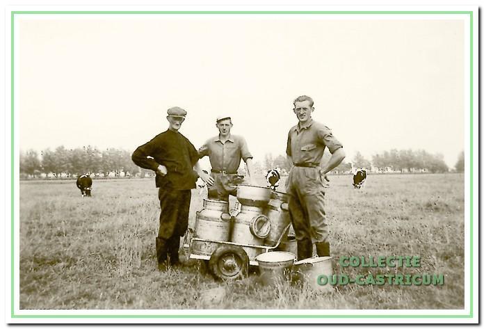 Klaas Veldt met zijn zoons Herman en Piet in de zomer van 1954.