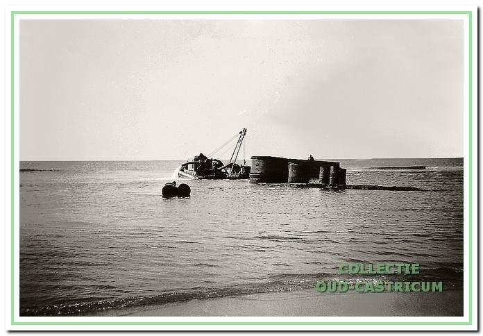De firma Scholte poogt in 1958 vergeefs de boot te bergen.