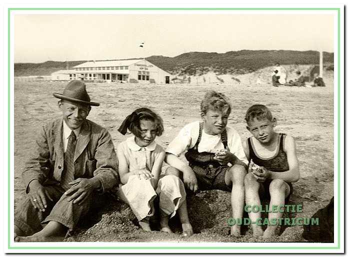 Iman Boot met zijn kinderen Tiny, Joop en Cor in 1933 met op de achtergrond 'Armeria'.