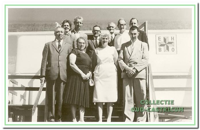 Opening van de EHBO-wagen in 1965 met v.l.n.r. op de eerste rij burgemeester Smeets, de dames Kruchel, Schefferlie en voorzitter van Staveren. Daar achter Tiny Kabel en de heren Bloedjes. gemeente-secretaris Louter, wethouder Veldt, Tromp en secretaris Veenstra.