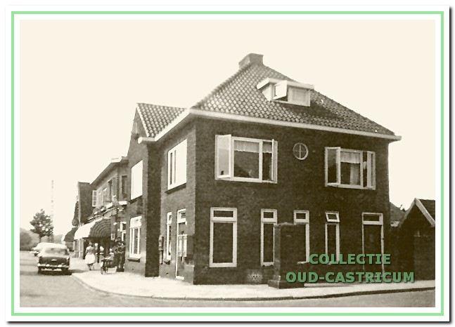 Foto uit 1956 van het pand hoek Geelvinckstraat- Burg. Mooijstraat (nr 33) dat tot 1962 dienst deed als postkantoor.
