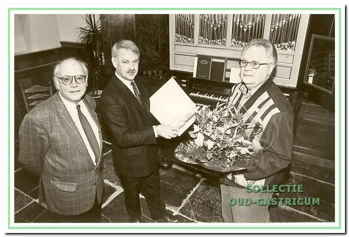 De overhandiging van het boekwerk door Fred van der Zande (rechts) aan Simon Zuurbier. voorzitter van de Werkgroep Oud-Castricum, in aanwezigheid van Wim Hespe, lid van de werkgroep.