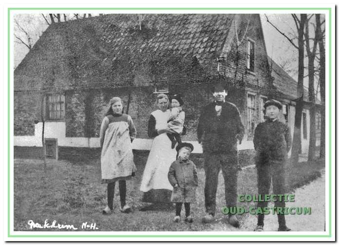 Boerderij 'De Blauwhoef' aan de Achterlaan. Deze boerderij is in 1925 afgebroken; op dezelfde plaats is een nieuwe gebouwd. Op de foto Klaas Stuifbergen en Wilhelmina Duijn met V.l.n.r. hun kinderen Trien, Co, Plet en Jaap.