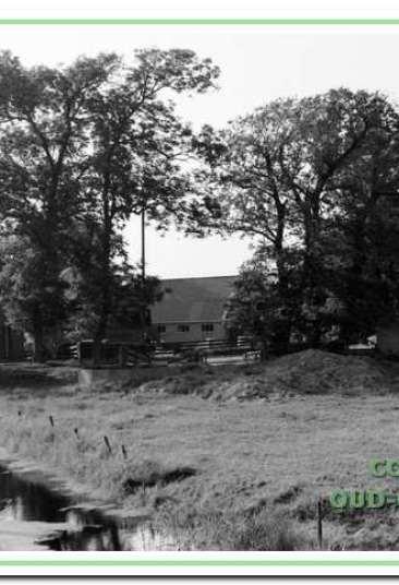 Voor de bakkerswinkel van Jo Krimp, die zelf in de deuropening staat.