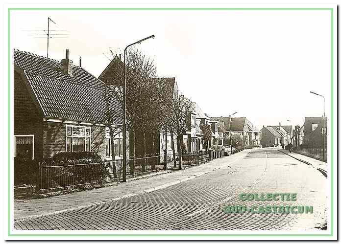 Uiterst links op de foto het huis van Lou Zonneveld (zie 9), daarnaast het huls van Willem Zonneveld (zie 8) en vervolgens de drie dubbele woonhuizen.