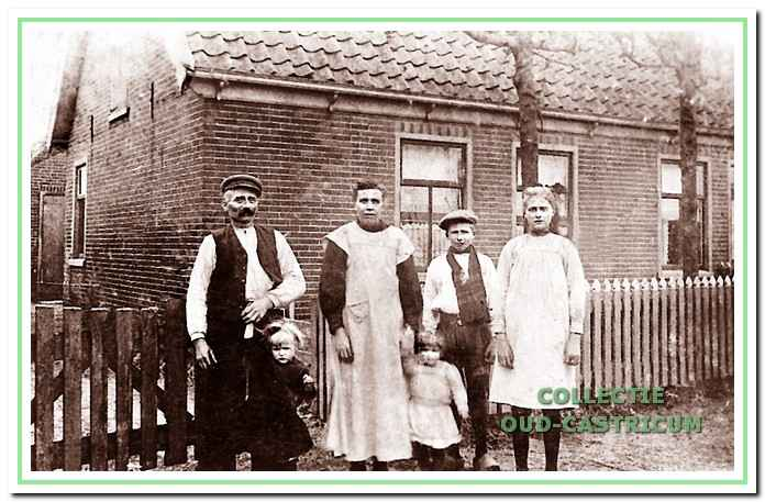 Het huis van hakker Arie Kaandorp (zie 20). Hier Arie Kaandorp en Maartje Brink met hun oudste kinderen.